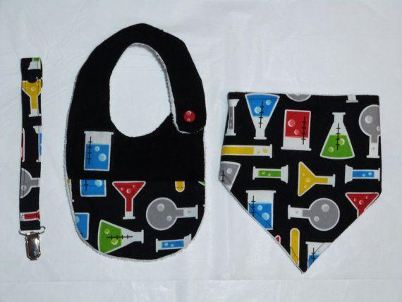 Conjunto : Babero + Bandana + Sujeta Chupete con estampado de utensilios químicos.  Confección del Babero: por una cara está hecho con tela blanca de