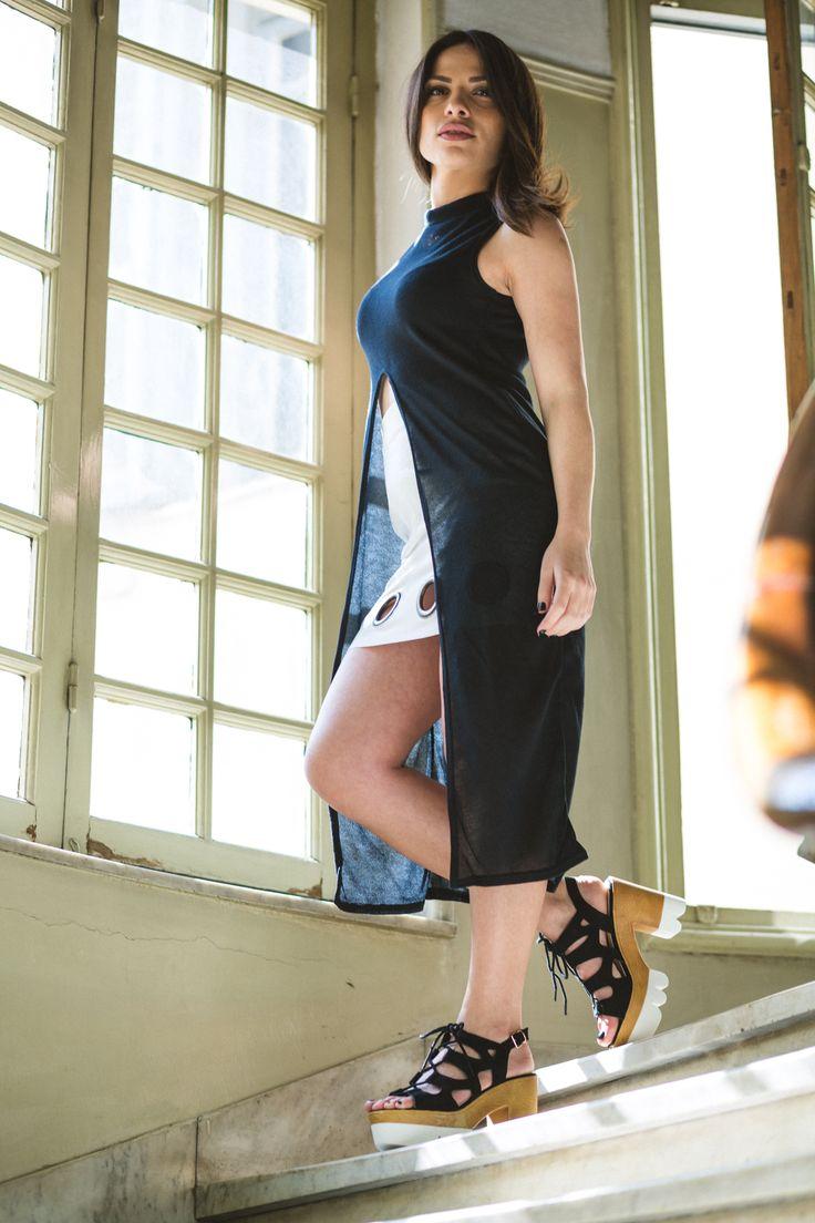 Μπλούζα μακριά με άνοιγμα μπροστά 19€ Φούστα ψιλόμεση με μεταλλικές λεπτομέρειες 33€ (Xρώματα λευκό & μαύρο) Παπούτσια δίπατα με κορδόνια 36€