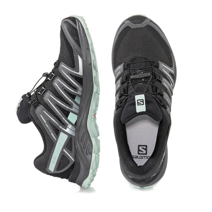 Ideal für Outdooraktivitäten! Das Obermaterial wurde aus einer Kombination aus Doppelmesh mit Synthetikbesätzen gefertigt. Dank GORE-TEX® Membrane ist der Schuh wasserdicht. Nasse Füße gehören daher der Vergangenheit an. Das innovative Schnellschnürsystem begünstigt einen leichten Einstieg. Innen können Sie sich auf Textilfutter und ein herausnehmbares OrthoLite-Fußbett freuen. Die druckdämpfende Zwischensohle mit Mittelfußstütze unterstreicht das tolle Tragegefühl. Die Trail-Gummisohle mit