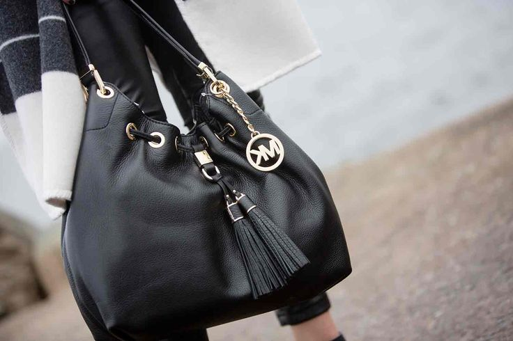 Väskan från Michael - Michael Kors  http://www.raglady.se/sek/searching-for-spring/vaska-camden-lg-drws-tote-black-gold.html