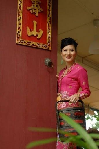 What a pretty lady. My heritage, Peranakan in sarong kebaya