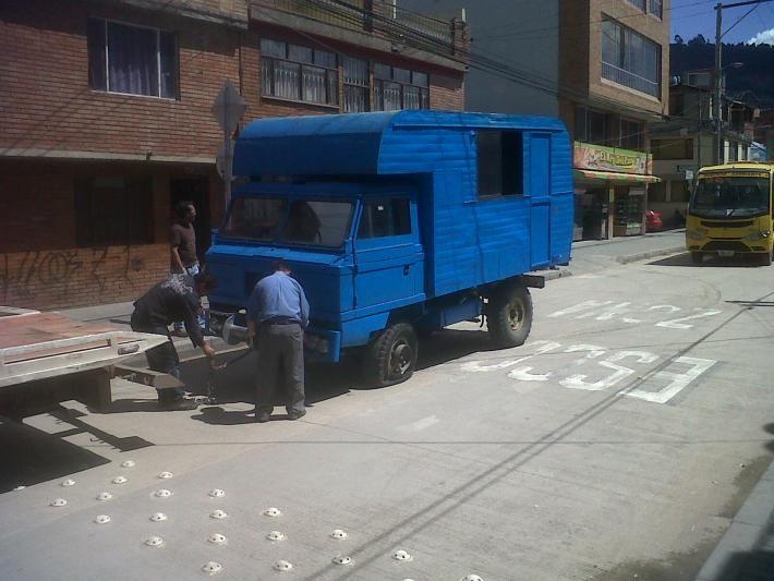 camion santana 2000 con con motor 6 en linea 3.429 cc aprox con 104 hp con caja de 4 cambios con su doble y bajo parece que es modelo 80