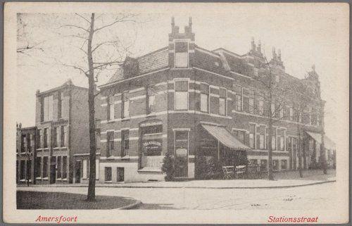 Melksalon aan de Stationsstraat 36. Links de Spoorstraat, het hoge gebouw was een tijdlang de dansstudio van Dan Bearda.