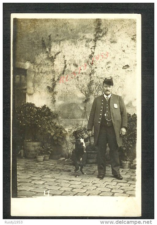 CARTE PHOTO : GARDE CHASSE AVEC SA MEDAILLE Mr LUGENTIN GOULET ? AVEC SON CHIEN A MONTMORENCY :