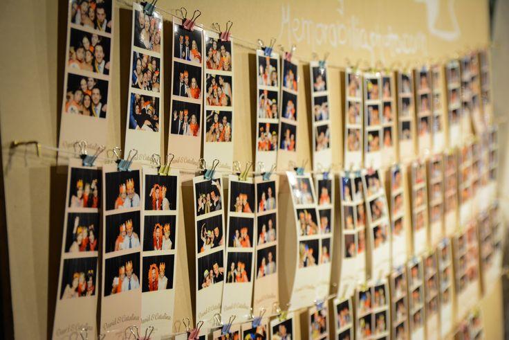 Durante el matrimonio la fotocabina entrega dos copias de cada foto: una para ti y otra para tus invitados.  Tus copias las vamos colgando en nuestro tablero para que todos puedan ver lo que ha pasado en la cabina.