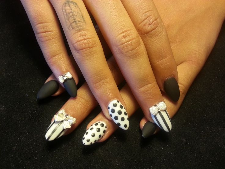 A Beautiful Set Of Acrylic Stilettonails In Black White