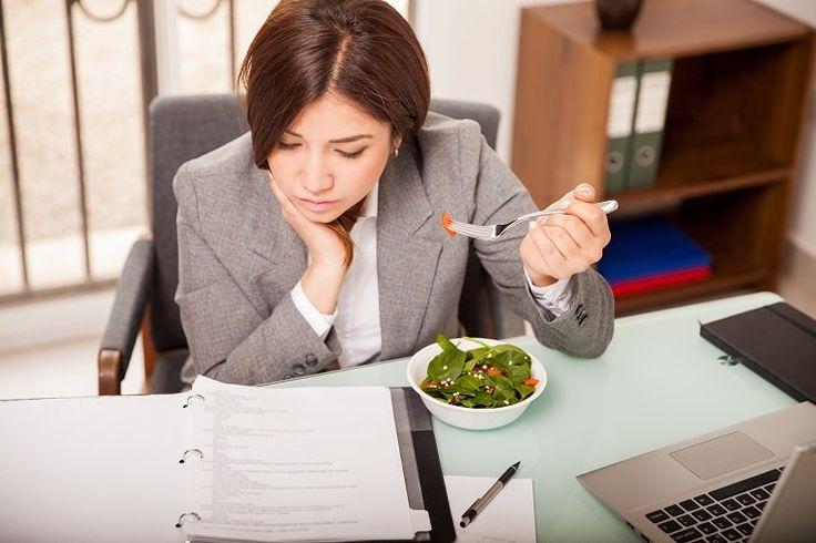 Siedzący tryb pracy, brak czasu i natłok obowiązków zdecydowanie sprzyja gromadzeniu niechcianych kilogramów. Zamiast jednak sięgać po batoniki, słodzone napoje czy drożdżówki, które są dostępne w kioskach pod biurem, warto zaopatrzyć się w wartościowe posiłki.