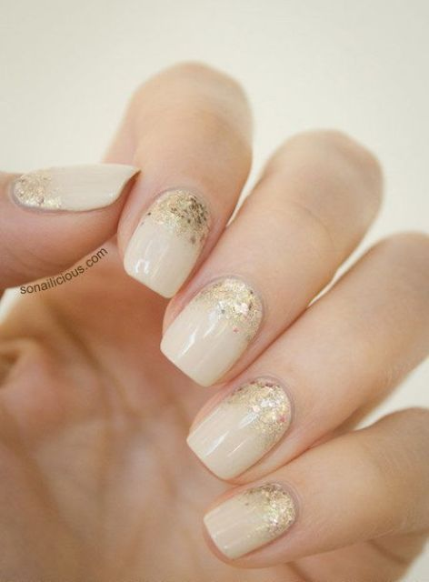 12 ivory nails with gold glitter - Styleoholic