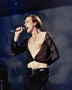 Brett Anderson (Suede) - 1993 Brit Awards. That shirt and pants I do want. Also: luscious nipple.