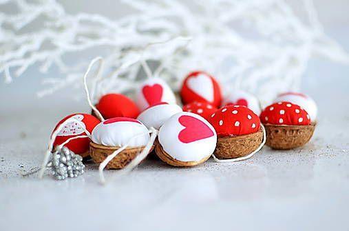 Vianočne oriešky červeno biele,cena za sadu 20ks.