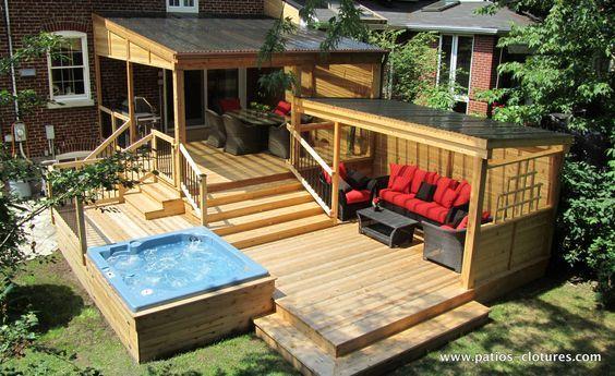 Patio et pergola avec polycarbonate incluant un lounge, un grand espace repas et un spa intégré.