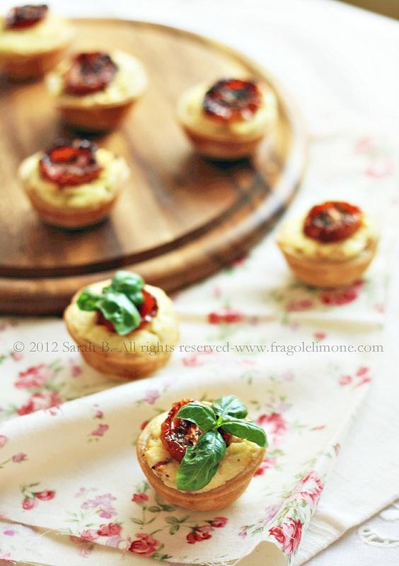 Crostatine salate con pomodorini al forno, feta e patate