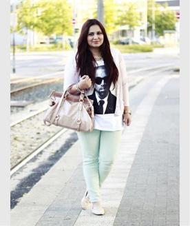Ayse beweist Stil mit ihrem Pastell-Outfit. Die Michael-Kors-Uhr und die Tasche in Rosè von Miu Miu passen perfekt