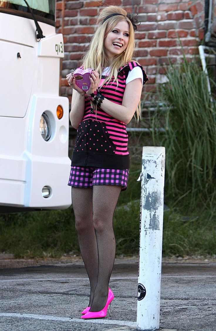 Avril Lavigne in fishnets and pink heels. | Celebrities around the ...