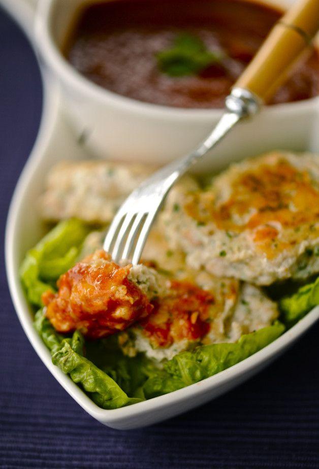 Рыбные котлеты и любимый соус из перцев на 4 порцииУже есть Филе рыбы — 600 г Сладкий красный перец — 2 шт. Яйца — 2 шт. Зелень Чеснок — 3 зубчика Мед — 3 ст.л. Кориандр молотый — 1 ч.л. Соевый соус — 2 ст.л. Оливковое масло Белый перец горошком