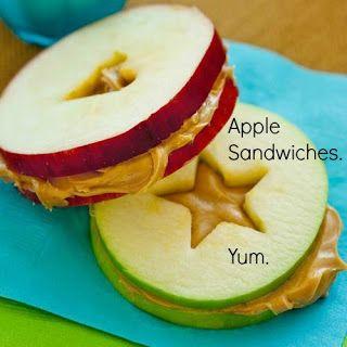 Sanduiches de maçã! Assim não tem criança que resista. Esse é com pasta de amendoim, mas parece doce de leite, né? ;)