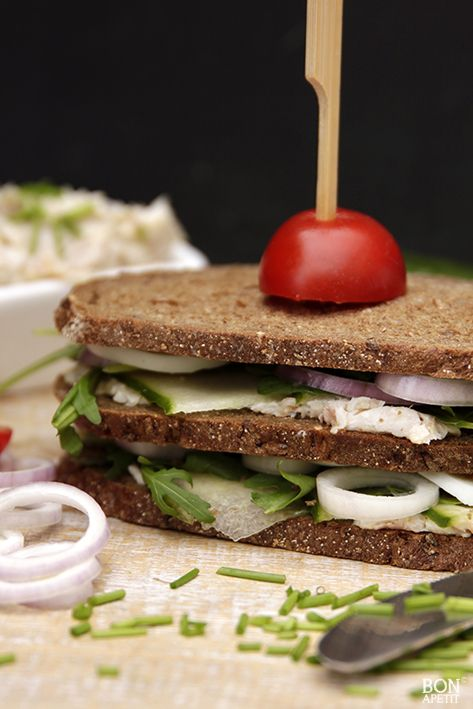 Met deze heerlijke sandwich van forel, gekookt ei, rode ui en rucola weet je niet wat je proeft! Een super lekker lunchgerecht! Recept op BonApetit