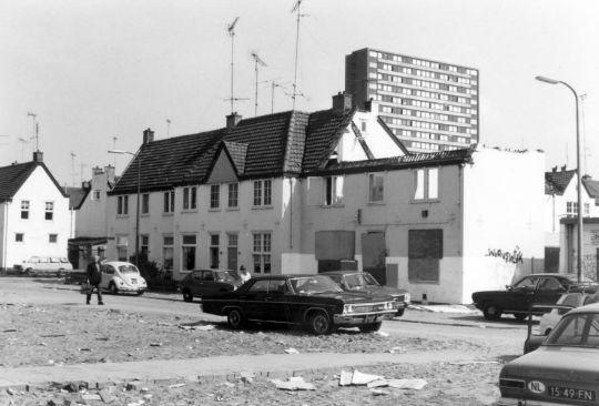 De Equatorstraat (hoek Orionstraat) in de Sterrenwijk te Utrecht. Deze foto is gemaakt door J.P. Tieges in 1975.