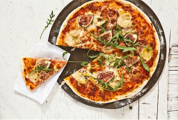 Gourmet pizza on todellinen herkku.  Kinkku-ananas on ihan kiva, mutta miltä kuulostaisi vuohenjuusto-punajuuri, pesto-peruna tai päärynä-saksanpähkinä? Yhdistelmä parmankinkku-viikuna-artisokka on herkullinen että kaunis. Rucola viimeistelee tämän herkun!  http://www.valio.fi/reseptit/gourmet-pizza/ #resepti #ruoka