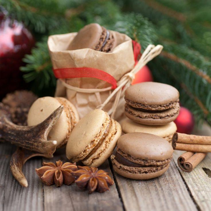 Náplň 200 g horkej čokolády 250 g masla 4 ks vajec 200 g kryštálového cukru Cesto 100 g mandľovej múčky 200 g práškového cukru 50 g holandského kakaa 4 ks vaječného bielka 130 g kryštálového cukru  Vjednej miske zmiešajte práškový cukor, kakao amandľovú múčku. Múčku si môžete kúpiť alebo jednoducho...