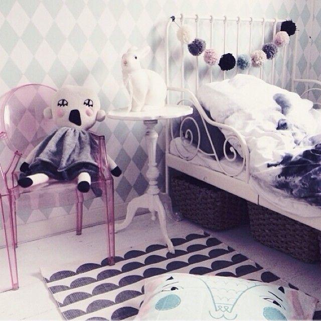 Lazy fRiDaY indeed! Ny matta i lillskrutts rum.. Japps Ellos.se kan sin sak! Hejja hejja! #kids #barnrum #kidsroom #design #ellos #luckyboysunday...pink ghost chair, darling kids room corner