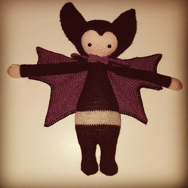 Vlad the Vampire Bat er basket af nålen efter meget lang tid undervejs... #lalylala #vladthevampirebat #hæklet #crochet
