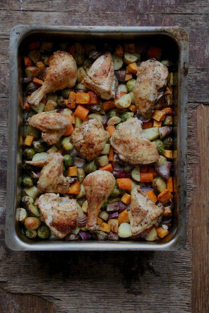 Server ovnsbakt kylling og grønnsaker på en hverdag! Pass på å lage nok slik at du har gode rester for flere måltider i løpet av uken.
