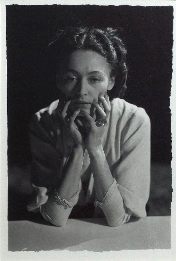 Nusch de face, accoudée, les mains sous le visage, 1935 ©Dora Maar, by SIAE 2014Photo credit: Xavier GrandsartGelatina al bromuro d'argento, cm 20x13Paris, private collection