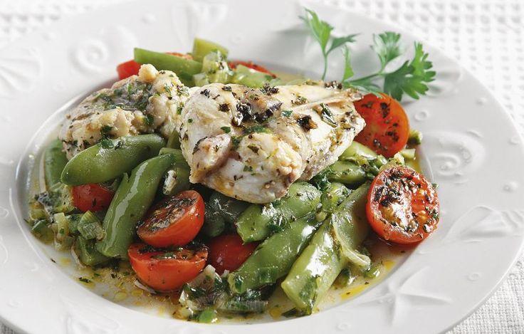 Μελωμένο ψάρι με λαχανικά και μπόλικο σκορδάκι.