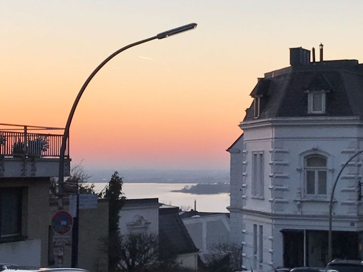Ein stürmischer Tag verabschiedet sich an der #Elbe. Unsere Immobilien haben Sturmtief #Axel ohne Blessuren widerstanden. #Hamburg #EngelVoelkers #Elbvororte #Immobilien