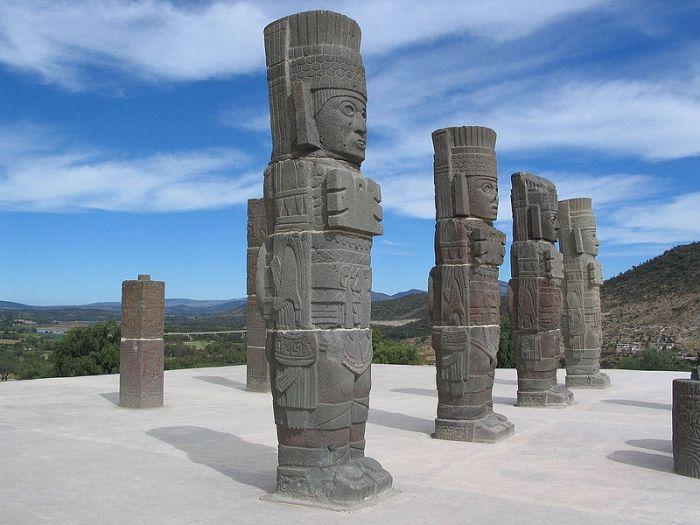 «Статуи Атлантов» привлекают исследователей странными «нарядами» и предметами, которые историки трактуют как культово-религиозные (символы жрецов - тольтеков), а представители альтернативных взглядов считают предметами высокоразвитой, возможно, внеземной цивилизации (защитной бронёй, пультом связи, лазером). Согласно древним легендам народов Мезоамерики, в давние времена индейцев посетили «боги», которые «дали слово однажды вернуться». (Культура Тольтекская)
