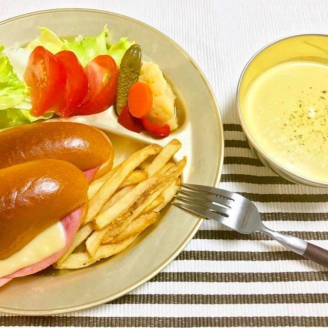 晩ごはん😋🍽 * * ・パニーニ風ハムチーズサンド ・野菜のピクルス ・フライドポテト ・トマトサラダ ・コーンスープ * * 今日は旦那さんの晩ごはんは要らなかったので、一人ごはんでした😆🎶 パンが食べたくなり、パンを購入🍞✨ 好きな物をサンドして食べれて美味でした💕 * * #晩ごはん #料理 #おうちごはん #うつわ #器 #レトロ #dinner #cooking #yummy #eat #food #summer