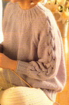 J'ai tricoté ce pull, il y a quelques années. Il faut bien prendre soin à choisir une laine légère comme le mohair, sinon le pull risque de peser lourd et de tirer vers le bas. A noter, l'encolure et les bordures qui sont très jolies avec leurs côtes...