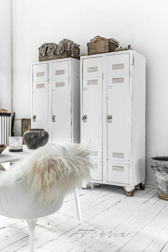 Cet intérieur tout en blanc et stylisé par les armoires métalliques qui apporte une touche industrielle