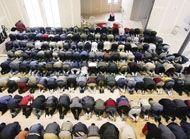 Après l'Ontario, le débat sur la charia se transpose au Québec. Depuis quelques semaines, la mouvance islamiste fait des démarches auprès du ministre de la Justice, Jacques P. Dupuis, pour que celui-ci officialise l'instauration d'une instance d'arbitrage et de médiation qui rendrait ses décisions en vertu de la charia, la loi islamique.