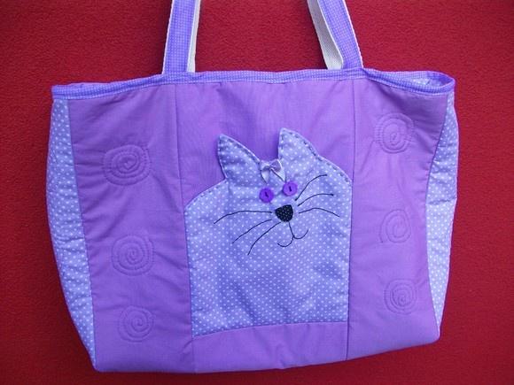 Bolsa em tecido 100 % algodão, entremeio em manta acrílica estruturada,  Z[iper, 01 bolso externo e 02 bolsos internos. Quilt à máquina.  Confeccionamos na cor desejada.  Tamanho aproximado: C x A x L  = 40cm x 30 cm x 10 cm. R$80,00