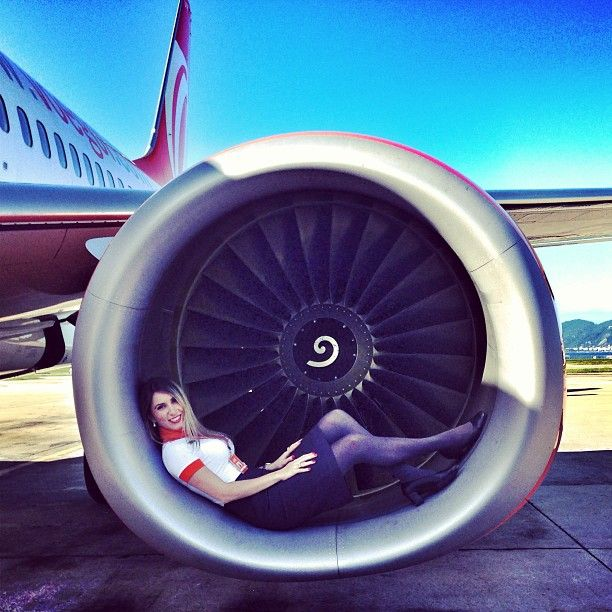 You can see that the engines are now specially designed with flatter bottoms so that air hostesses can pose more comfortably. Photo by Thiarê Romeiro