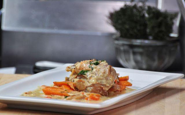 Recette de lapin à la moutarde, mariné, cuit au four, sans gluten - Le lapin en sauce moutarde est un classique, voici cependant une recette ancienne particulièrement délicieuse. Le lapin est mariné dans un mélange de vin et vinaigre blanc aromatique, condiments, herbes et assaisonnement avant d'être farci de beurre moutarde, puis cuit au four. La marinade est ensuite transformée en une savoureuse sauce gourmande...