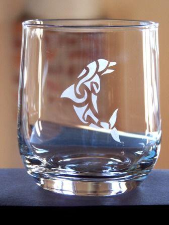 #stencil - Bicchiere decorato con delfino in stile tattoo - @foodbookscrafts