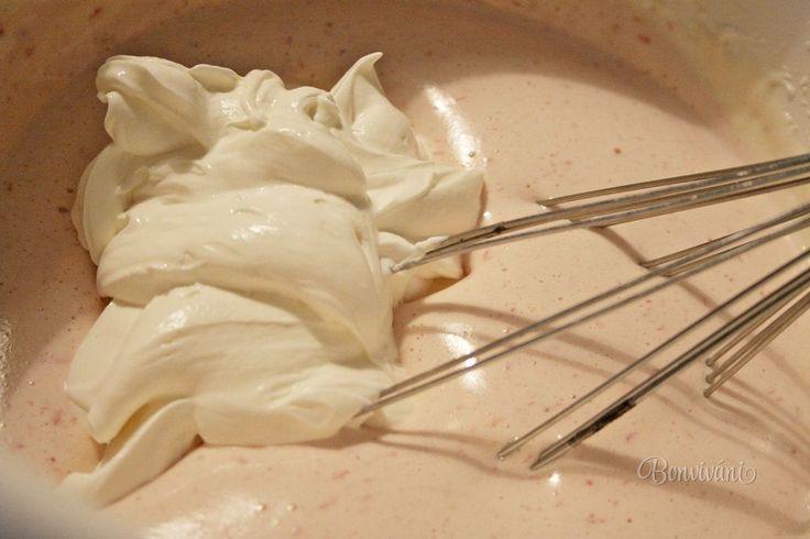 Punčová zmrzlina je moja obľúbená, okrem citrónovej a všetkých ovocných. Tento recept na punčovú zmrzlinu mám od kamarátky Daniely z Chorvátska, s ktorou som kedysi pracovala v Bavorsku. Proste punčová je punčová a v našej mrazničke má v lete svoje miesto, aj keby som mala mäso oželieť.