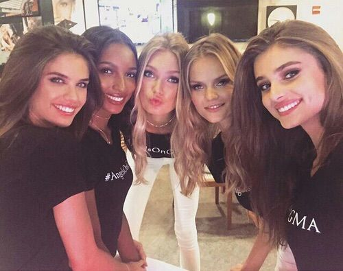 Image via We Heart It #girls #new #pout #smile #style #vsangel #romeestrijd #sarasampaio #taylorhill #selfie #kategrigorieva