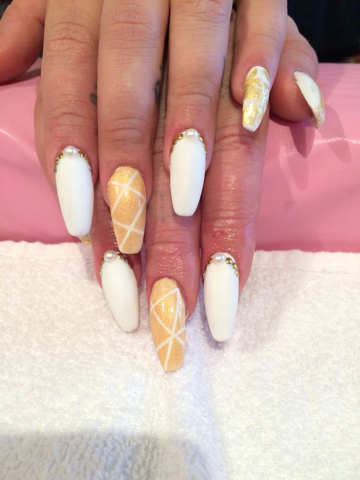 Acrylic coffin shaped nails done by Trine Fajardo at California Nails #californianails #nailart #nails #negler #naglar #shellac #cnd #stavanger #norway #norge #gold #white #whitegold #coffinnails #acrylic #akryl #pearl #geometric #goldfoil #foil