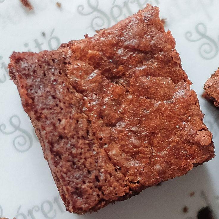 Sekotak Brownies yang dibuat dengan komposisi 100% coklat Nutella. Brownies ini cocok untuk setiap orang yang ingin menikmati coklat saja tanpa campuran rasa lain. Brownies ini cocok disantap dalam keadaan hangat bersamaan dengan ice cream vanilla. Size : 20 x 20 cm Isi : 16...