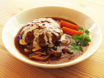 ビーフシチューがちょっと余ったら、ハンバーグを入れて煮込みハンバーグに。野菜とお肉の美味しさがたっぷりのソースと、柔らかハンバーグでどなたにも喜ばれるメニューの完成です。