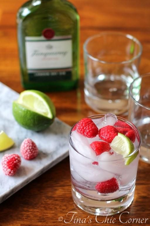 Gin and Tonic with Raspberries (how to make a gin & tonic) - www.tinaschic.com