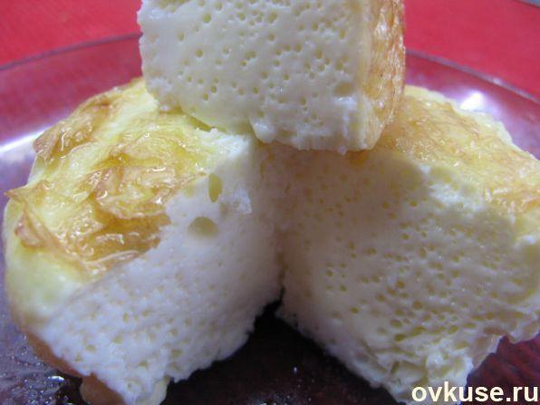 Омлет по ГОСТ рецепт приготовления из меню детского сада На 1 стандартное яйцо 50 мл молока. Взбить вилкой, добавить соль, и перелить в смазанный сливочным маслом противень. Запекать 20-30-40 минут, в зависимости от кол-ва ингредиентов.