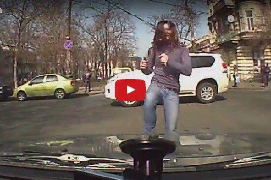 Зажигательные танцы одесситки посреди дороги | Новости Украины, мира, АТО