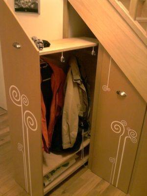 Des rangement sur roulettes - La penderie:environ 10 manteaux les sacs en bas ou chaussures - Vous avez aménagé le dessous de votre escalier