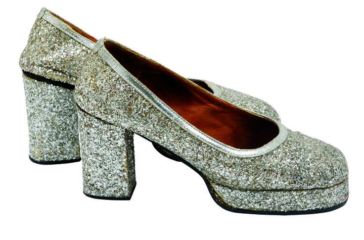 1970 - chaussures (vue côté) avec des semelles compensées, style disco à paillettes, collection privée © Solo-Mâtine