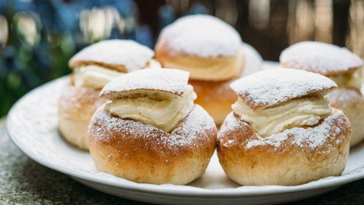 Svenskenes boller til feitetirsdag kalles semlor. De har blitt så populære at mange bakerier selger dem året rundt. Det er fyllet med marsipan som gjør dem annerledes enn norske fastelavnsboller.
